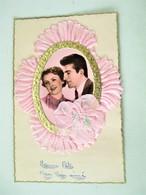 Cpa Kitch  Vers 1960 - Photo Jeune Couple Superbement Enrubanné Dentelle De Soie + Fleur Brodée  - - Brodées
