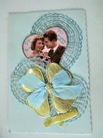 Cpa Kitch  Vers 1960 - Photo Jeune Couple Superbement Enrubanné Dentelle De Soie + Trefle 4 Feuilles OR - Anniversaire