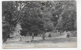 (RECTO / VERSO) LUXEUIL LES BAINS EN 1908 - PERSONNAGES DANS LE PARC - TACHES - BEAU CACHET - CPA VOYAGEE - Luxeuil Les Bains