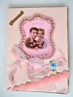 GRANDE Cpa Kitch  Vers 1960 - Photo Jeune Couple Superbement Enrubanné Dentelle De Soie + Nombreux Rubans - 12 X 17 Cms - Anniversaire