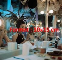Reproduction D'une Photographie Ancienne De Danseuses Se Maquillant Dans Leur Loge Aux Folies Bergères En 1975 - Reproductions