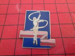 1218c Pins Pin's  / Rare Et De Belle Qualité / THEME SPORTS : GYMNASTIQUE RUBANS Par CITIME - Gymnastique