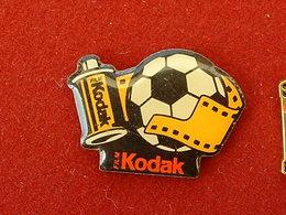 Pin's PHOTOGRAPHIE - KODAK FILM - BALLON DE FOOTBALL - Fotografie