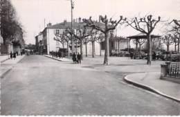 01 - TREVOUX : La Place De La Terrasse - CPSM Dentelée Noir Et Blanc Format CPA - Ain - Trévoux