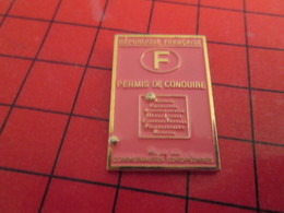 910B Pins Pin's  / Rare Et De Belle Qualité / THEME AUTOMOBILES : PAPIER ROSE PERMIS DE CONDUIRE FRANCAIS - Pin's