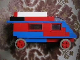 CARAVANE EN LEGO SYSTEM (Briques Rouges, Bleues Et Blanches, Briques Toiture, Fenètres, Plaques De Construction Etc.) - Lego System