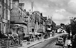 50 // CAROLLES - LA GRANDE RUE ET L'HOTEL CAHARD - RENAULT 4 CV - EDITIONS C.A.P - Otros Municipios