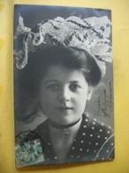 B20 1651 CPA FANTAISIE. 1906 - JEUNE FILLE EN ROBE A POIS ET COIFFE BRODEE. - Portraits