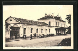 CPA Les Sables-d'Olonne, La Gare, Le Bâtiment De La Gare Et Des Passants - Sables D'Olonne