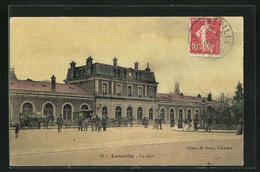 CPA Luneville, La Gare, Des Passants Am Le Bâtiment De La Gare - Luneville
