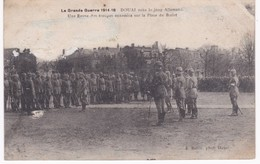59  Nord -  DOUAI Sous Le Joug Allemand - Une Revue Des Troupes Ennemies Sur La Place Du Barlet - Grande Guerre - Guerre 1914-18