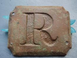 Belle Plaque à Lettre R à Identifier. - Militaria