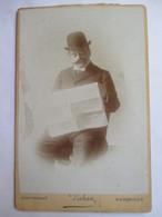 Photographie Ancienne De Cabinet  Albumen - Homme Lisant Un Journal - Photo Dahan, Marseille -TBE - Ancianas (antes De 1900)