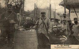 EN ALSACE NOS BRAVES POILUS A LA SOUPE - Guerre 1914-18