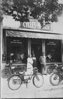 CARTE PHOTO MAGASIN MOTO MOTOCYCLETTE VELO CYCLES VELOCIPEDE  PNEU HUTCHINSON PROPRIETAIRE ET EMPLOYES - Shops