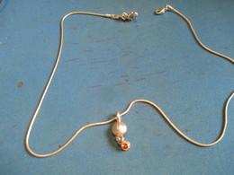 Bijou Fantaisie/Collier Avec Pendentif Incrusté De 2 Verroteries Orange/Maille Chaîne Serpent/Vers 1970-1980   BIJ99 - Jewels & Clocks