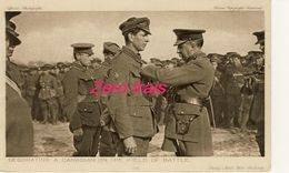 TH -1914-18 - Battle Pictures - Decorating A Canadian On The Field Of Battle - Guerre 1914-18