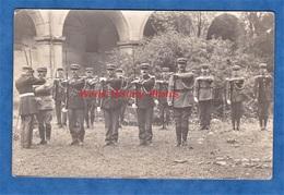 CPA Photo - à Situer - Remise De Médaille à Un Groupe De Gendarme - Voir Uniforme , Képi , Fusil , Baïonnette - Militaria