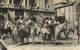 ARLES  Festo Vieginenco Arrivée Des Gardians Sur La Place De La Mairie RV - Arles
