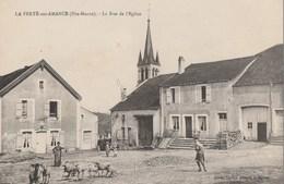 LA FERTE SUR AMANCE - LA RUE DE L'EGLISE - TRES BELLE CARTE ANIMEE - L'EGLISE - PETIT TROPEAU DE MOUTONS - 2 SCANNS - TO - Francia