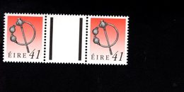 758892257 1990 1995 SCOTT 786 POSTFRIS  MINT NEVER HINGED EINWANDFREI  (XX)  ART TREASURES PAIR WITH LABEL BETWEEN - 1949-... République D'Irlande