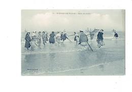 Cpa - Scènes De Plage - Bain De Pieds - N°11 A.B. - Baigneuse Filet De Pêche Homme En Maillot De Bain - Femmes
