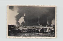 PHOTO D UNE VILLE ET UN PORT EN FEU 9 JUIN 1940 9 X 6 CM - Luoghi