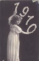 25. VALENTIGNEY ( A DESTINATION DE). CARTE FANTAISIE .FILLETTE ANNONÇANT L'ANNÉE 1910 - Scenes & Landscapes
