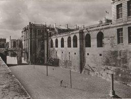 VINCENNES (Seine) Le Château. Fossés Côté De L'entrée D'Honneur, Colonne Commémorative De L'exécution Du Duc D'Enghien - Vincennes