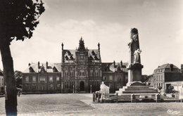 Arques - Grand ' Place , Monument Aux Morts , Hôtel De Ville - Arques