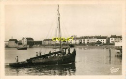 44 La Turballe, Le Port De Garlahy, Beau Voilier De Pêche Qui Rentre Au 1er Plan - La Turballe