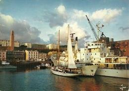 Brest (Finistére, Francia) Le Port De Commerce, Voilier Et Bateau Océanographique Dans Les Bassins - Brest