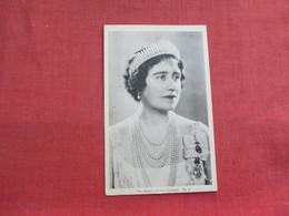 Her Majesty Queen Elizabeth  Paper Peel Back    Ref 3316 - Royal Families
