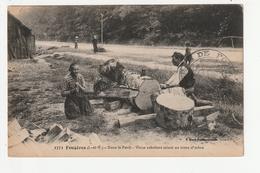 FOUGERES - DANS LA FORET - VIEUX SABOTIERS SCIANT UN TRONC D'ARBRE - 35 - La Guerche-de-Bretagne