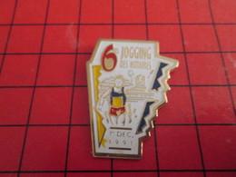 1018A Pins Pin's / Rare & Belle Qualité / THEME SPORTS : ATHLETISME 6e JOGGING DES NOTAIRES Feraient Mieux De Bosser !!! - Athlétisme