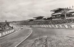 CPSM:VOITURE DE COURSE SUR CIRCUIT DE LA SARTHE SPECTATEURS AUX TRIBUNES LE MANS (72) - Le Mans