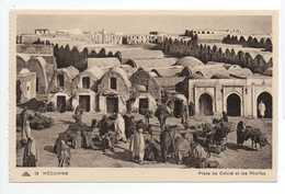 - CPA MEDENINE (Tunisie) - Place Du Cafard Et Les Rhorfas (belle Animation) - Editions CAP N° 13 - - Tunisie