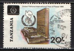 TANZANIA - 1986 - ANNO INTERNAZIONALE DELLA PACE: EMBLEMA E PALAZZO DELLE NAZIONI UNITE - USATO - Tanzania (1964-...)