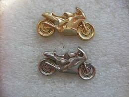 Pin's 2 Motos Identiques, 1 Couleur Argentée Et 1 Couleur Dorée - Motorbikes