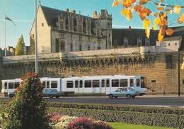 44 Nantes Le Tramway Devant Le Château Des Ducs De Bretagne Avec Automobiles (2 Scans) - Nantes