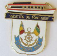 1 Pin's VEDETTES DU PONT-NEUF CAPTAIN'S BAR Signé DEMONS & MERVEILLES - Bateaux