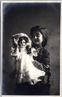 CARTE PHOTO - Petite Fille Jouant Avec Une Poupée - Jeux Et Jouets