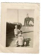 Petite Photo - C1935 - Jeune Garçon Dans Une Voiture à Pédales - Voir Scan - Automobiles