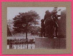 Photo Albuminée - Edimbourg - Statue ?? - Homme Femme Enfant - Coin De Rue - Parc ?? - 1890 - Photos