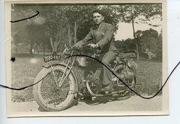 PHOTO ANIMÉE . Ancienne Moto. RAVAT . Personnage Assis Sur Une Moto. Immatriculation 7080-RB7. 23 Août 1929 - Cars