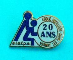 1 PIN'S //  ** A.L.E.F.P.A / ÉCOLE HÔTELIÈRE / VERNET LES BAINS / 20 ANS ** - Alimentation