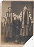 UKRAINE. #1800 A PHOTO. UKRAINIAN COSTUME. EMBROIDERY. 1942 WHEN TAKEN IN GERMANY. *** - Proiettori Cinematografiche