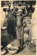JEUNE FILLE SEINS NUS SUR UN MARCHE - AFRIQUE NOIRE - PHOTOGRAPHIE ANCIENNE (10,5 X 14,5 Cm) - ANONYME - Afrique Du Sud, Est, Ouest
