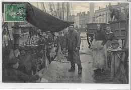 17 LA-ROCHELLE . Déchargement De Morues , Quai Très Animé , édit :  , écrite En 1911 , état SUP - La Rochelle