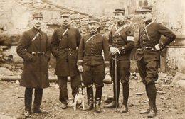 CPA 2570 - MILITARIA - Carte Photo Militaire - Soldats N° 38 Sur Les Képis & Chien - Souvenir Des Grèves Du CHAMBON - Personajes
